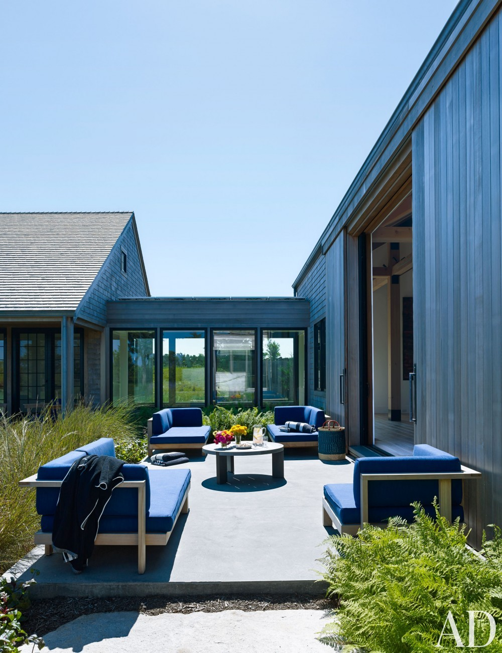 Modern Outdoor Living by Ashe + Leandro and Ashe + Leandro in Martha\'s Vineyard, MA