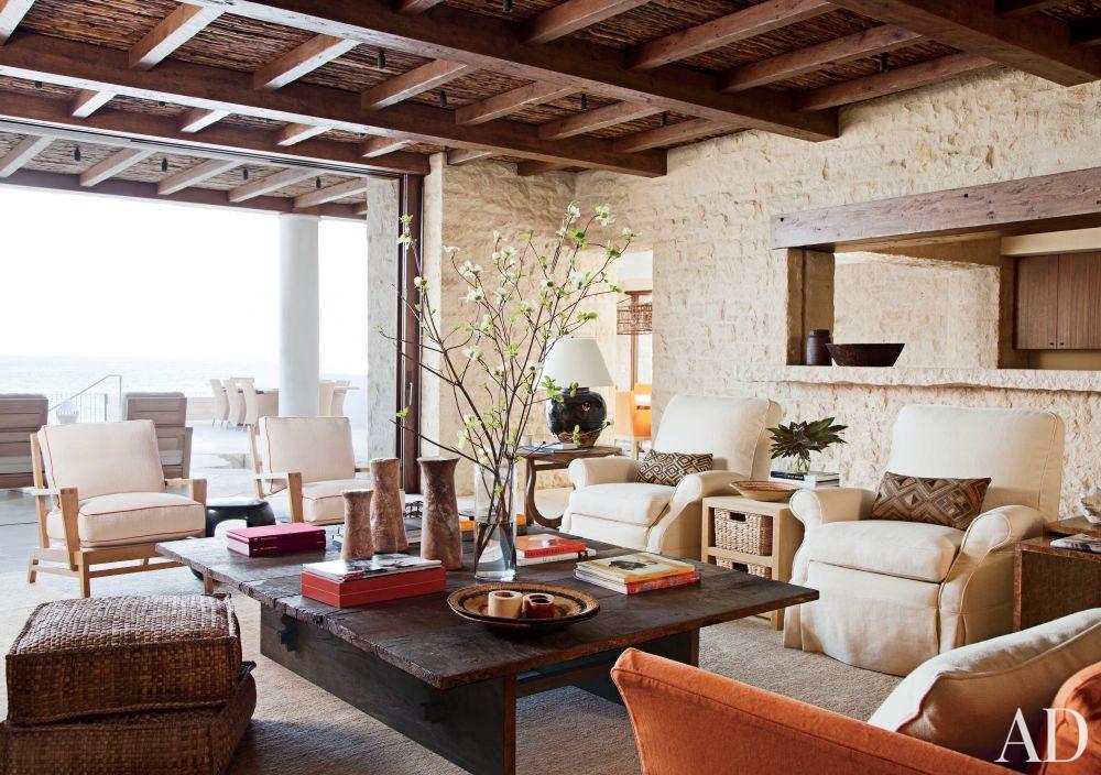 Beach Living Room by Atelier AM and KAA Design in Laguna Beach, California