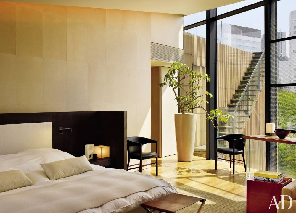 Contemporary Bedroom by Mlinaric, Henry & Zervudachi and Kengo Kuma & Associates in Japan