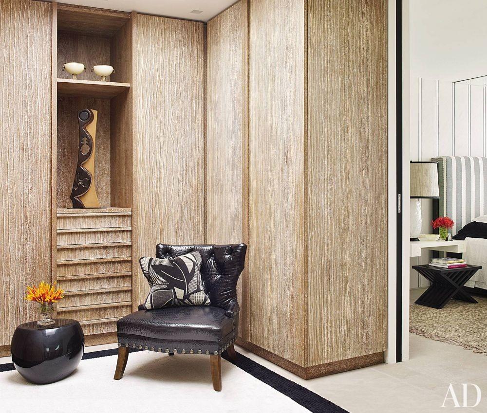 Contemporary Dressing Room/Closet by Alberto Pinto and Bernardes + Jacobsen Arquitectura in Rio de Janeiro, Brazil