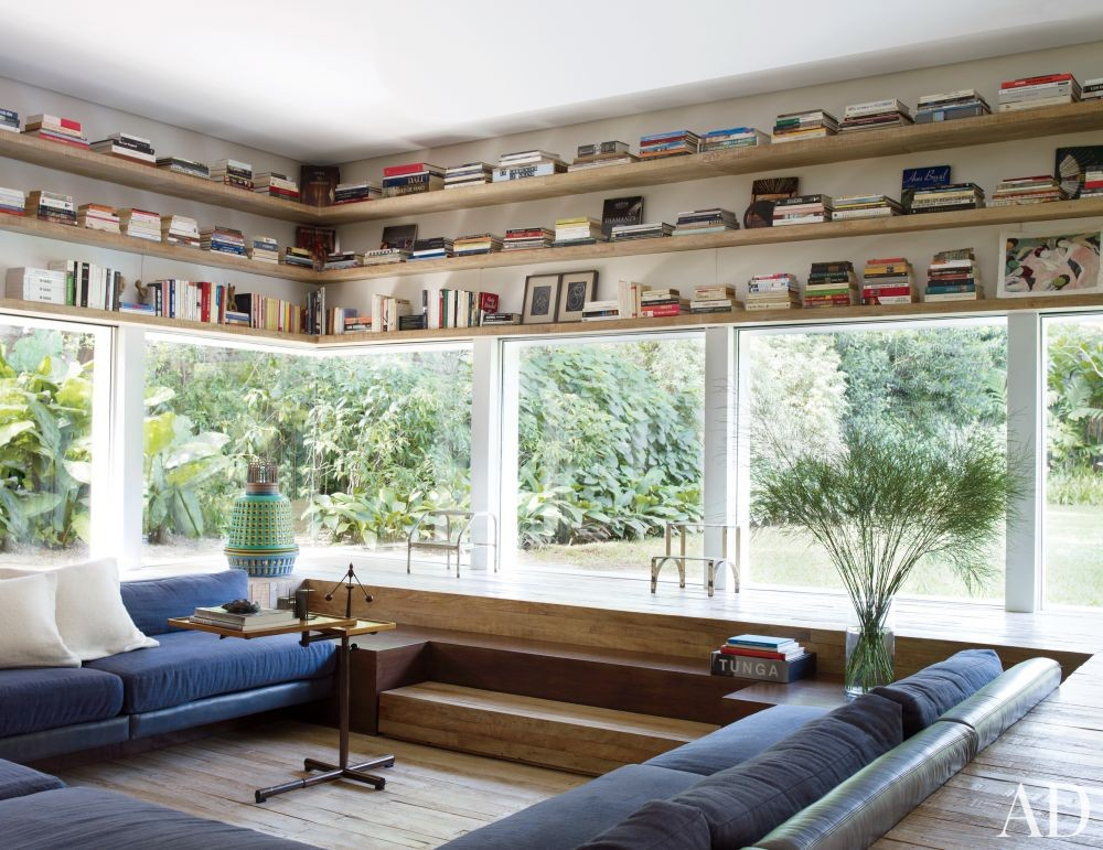 Contemporary Media/Game Room by Isay Weinfeld in São Paulo, Brazil