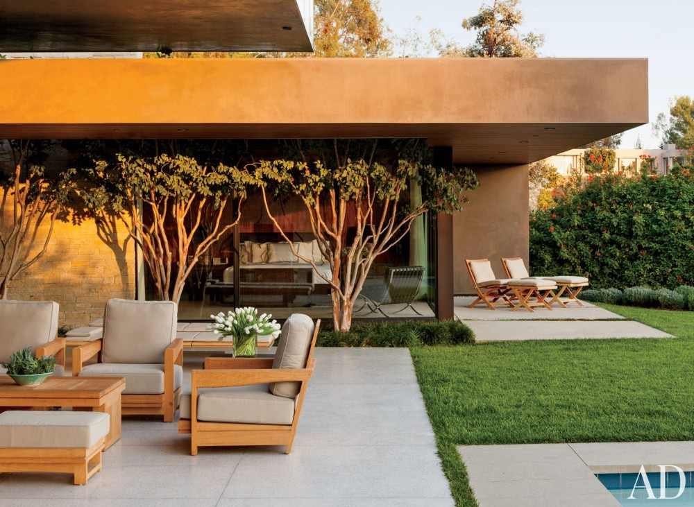 Contemporary Outdoor Space by Boehm Design Associates and Marmol Radziner in Beverly Hills, California