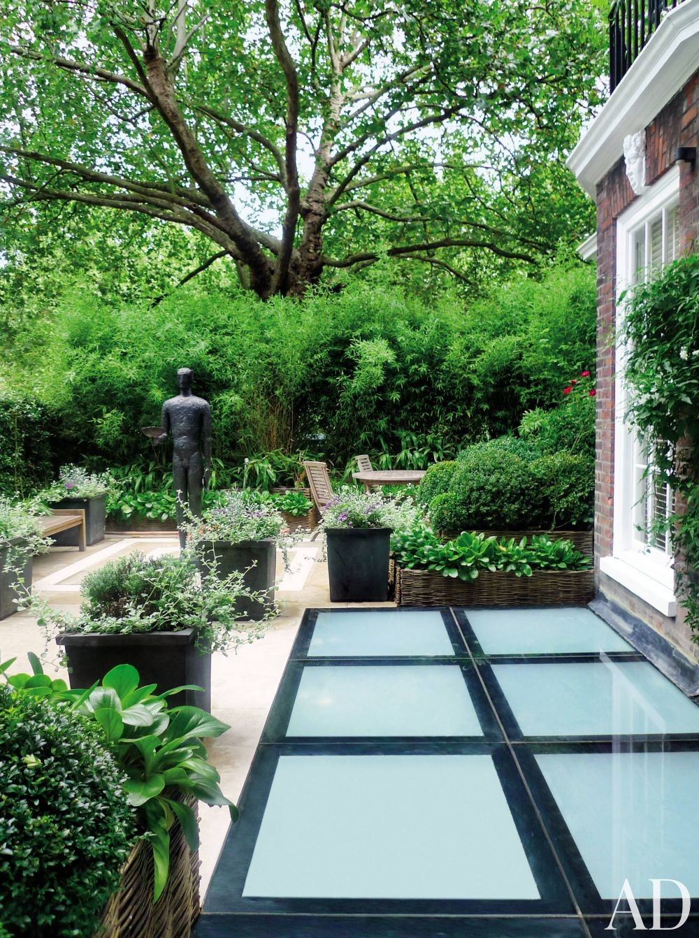 Contemporary Outdoor Space by Shelton, Mindel & Associates and Anthony Close-Smith in London