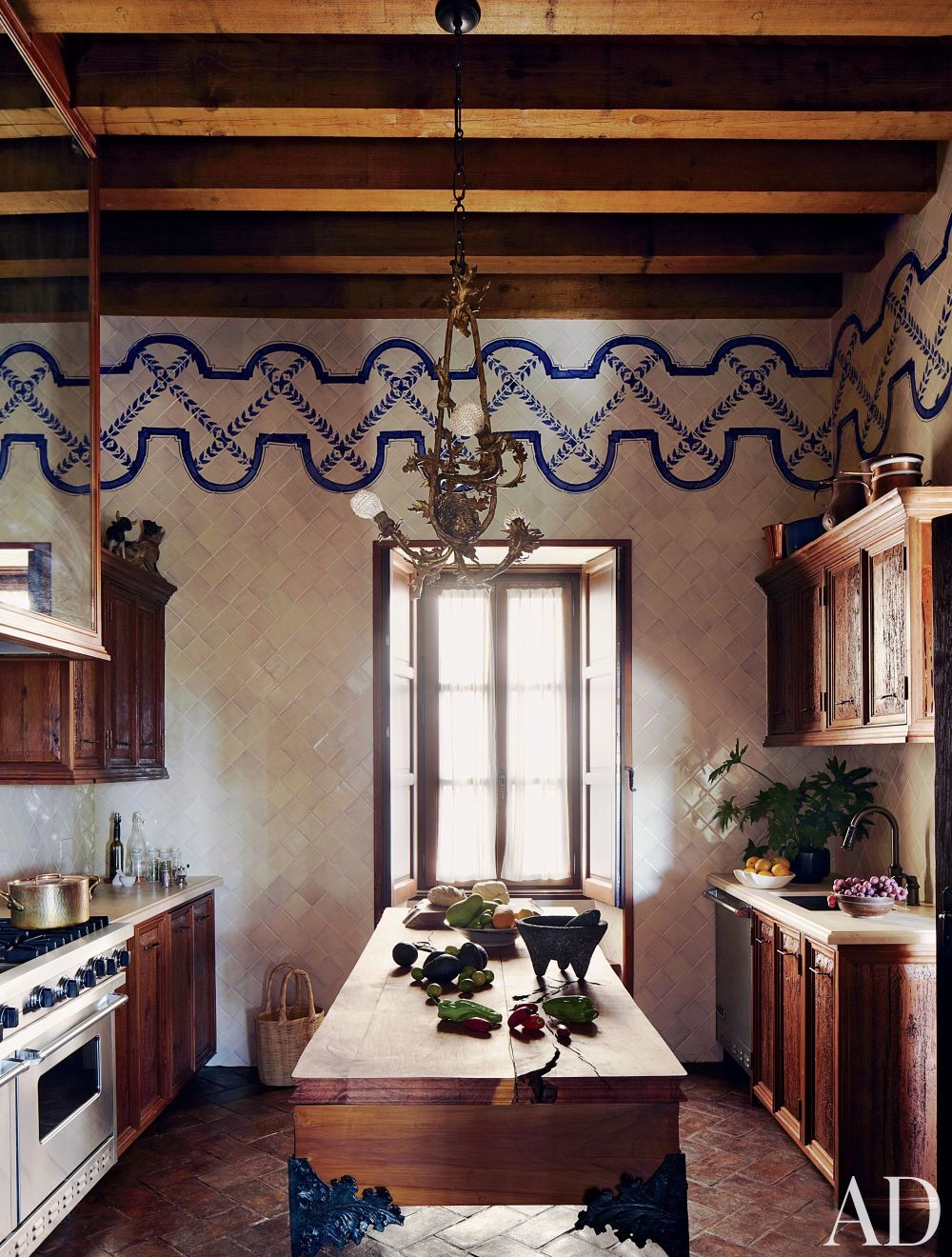 Exotic kitchen by fisher weisman by architectural digest for Decoracion estilo colonial