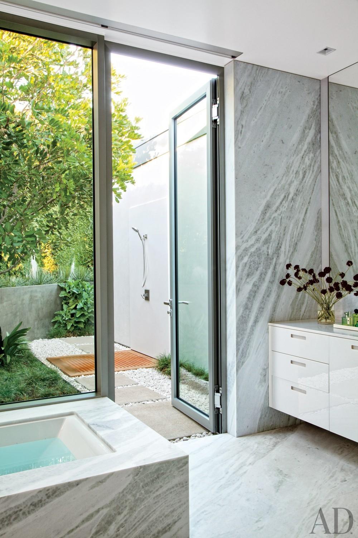 Modern Bathroom by Sarah McElroy and Steven Ehrlich in Laguna Beach, CA