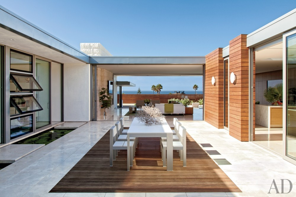 Modern Courtyard by Sarah McElroy and Steven Ehrlich in Laguna Beach, CA