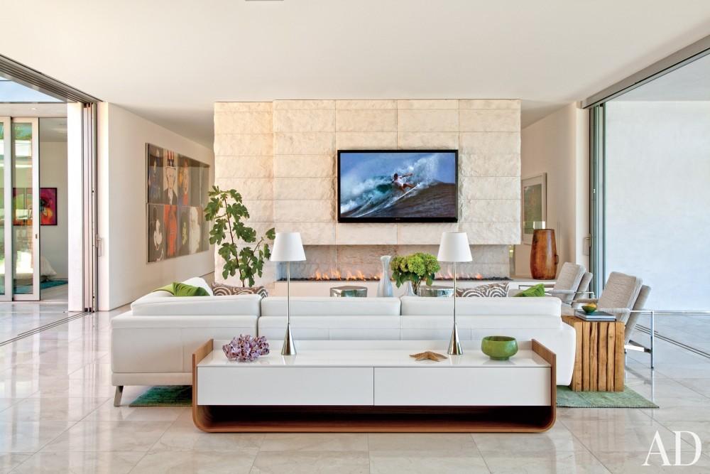 Modern Living Room by Sarah McElroy and Steven Ehrlich in Laguna Beach, CA