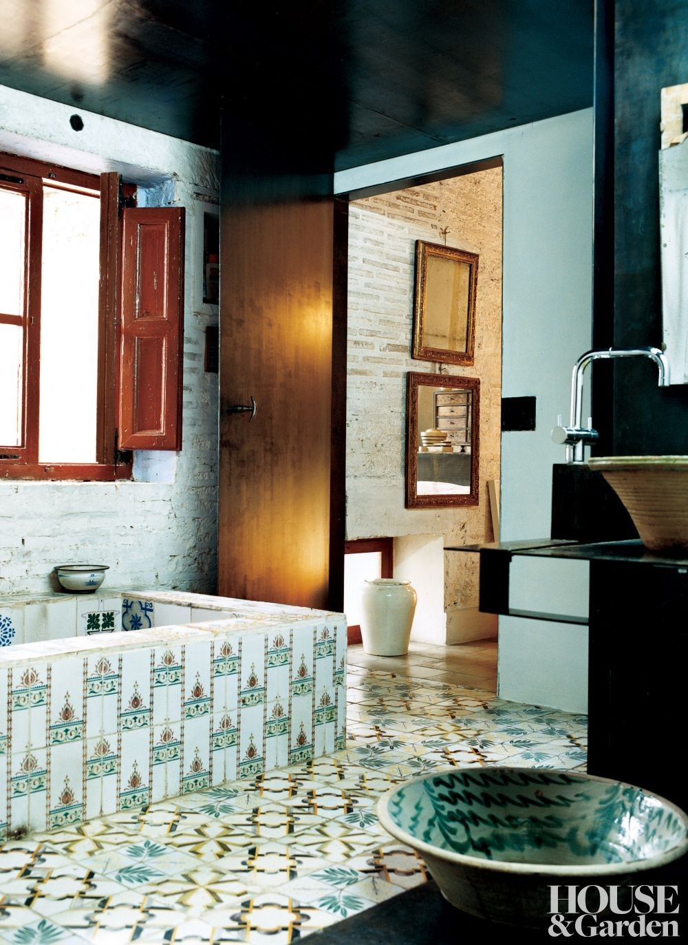 Traditional Bathroom by David Lladró in Almácera, Spain