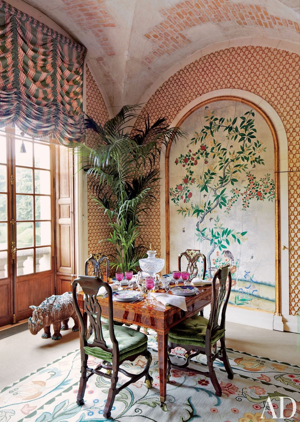 Valentino Garavani\'s Traditional Dining Room in France