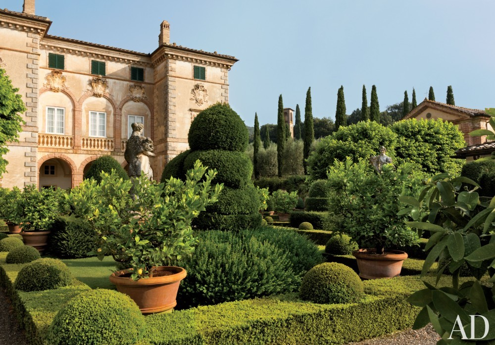 Traditional Exterior by Camilla Guinness and Bolko von Schweinichen in Tuscany, Italy