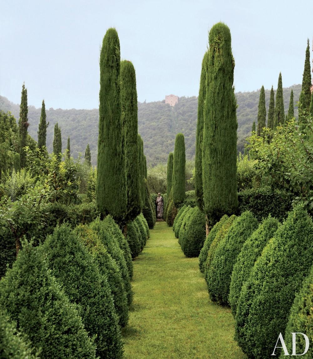 Traditional Garden by Camilla Guinness and Bolko von Schweinichen in Tuscany, Italy