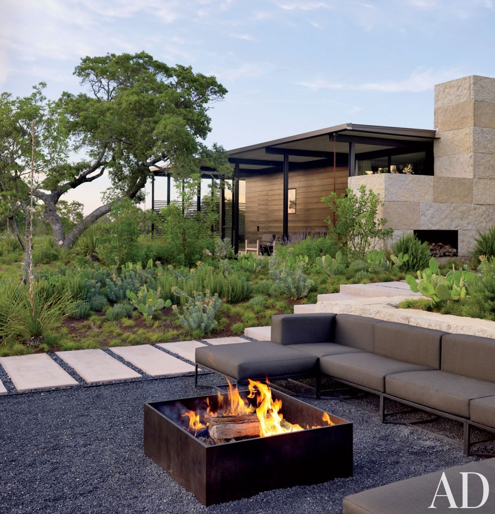 Traditional Garden by Sara Story and Lake|Flato in Hill Country, Texas