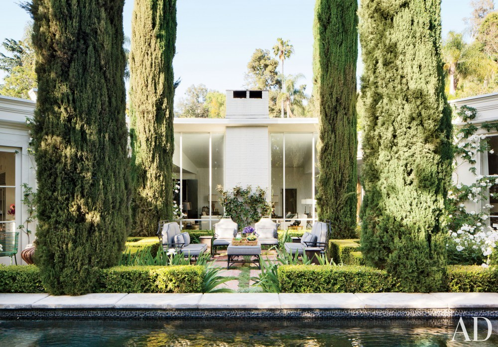 Traditional Outdoor Space by Madeline Stuart & Associates in Los Angeles, California