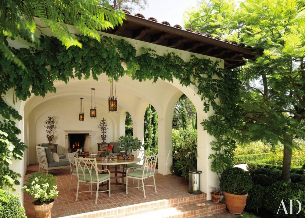 Traditional Outdoor Space by Windsor Smith and Marc Appleton in Los Angeles, California
