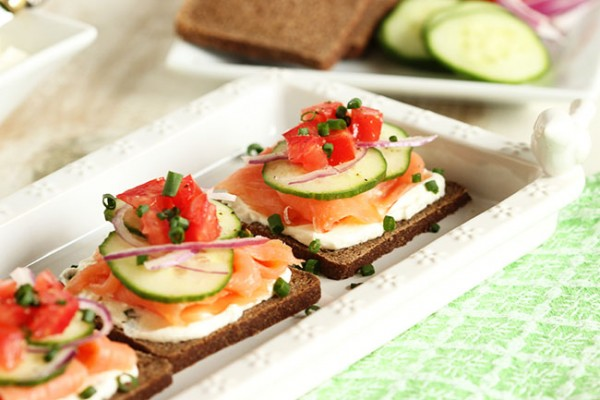 Smoked salmon canap s with whipped chive cream cheese for Cream cheese canape