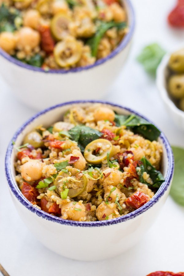 This easy Mediterranean Quinoa uses only ONE POT and it's SO FLAVORFUL!