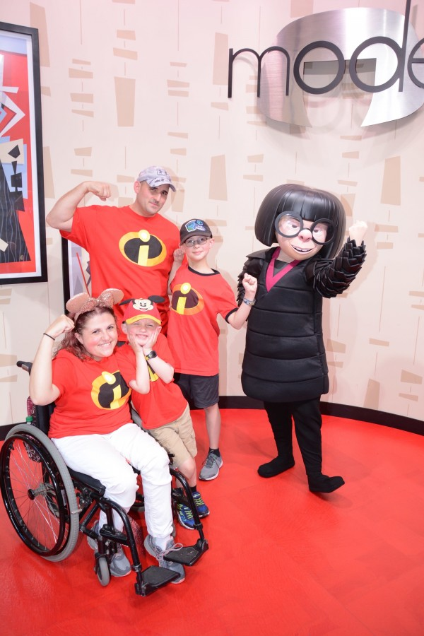 Family photo Disney World with Edna Mode
