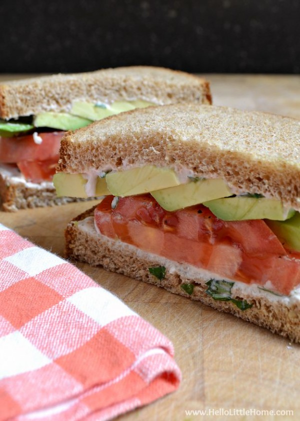 This Tomato Avocodo Sandwich with Creamy Yogurt Dressing makes the most of fresh summer produce and is easy to make! | Hello Little Home #madewithchobani