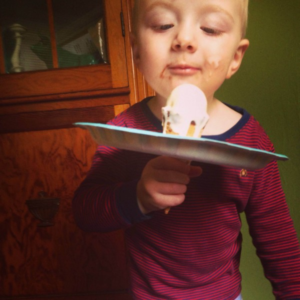 Easy ice cream clean up using a paper plate.