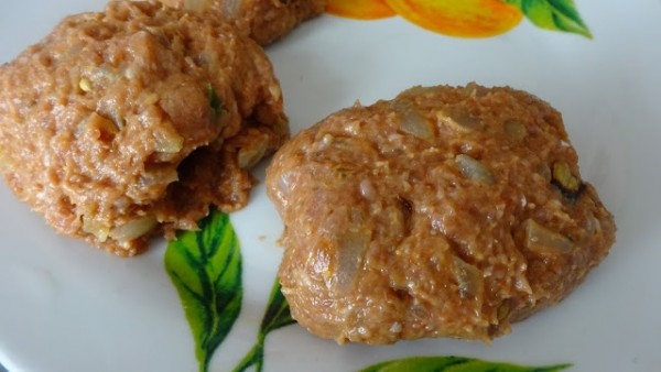 gola-kabab-mince-onions-garlic-spices-barbeque-gram-flour-meat-
