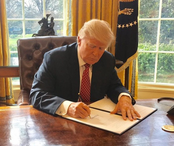 Trump_signing_Executive_Order_13780_(cropped).jpg