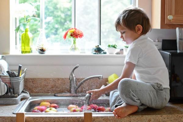 washing-apples