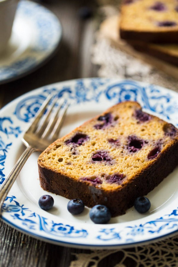 Whole Wheat Banana Bread with Blueberries - No refined sugar, no oil and made with Greek yogurt! This bread is SO good and SO easy!   Foodfaithfitness.com   @FoodFaithFit