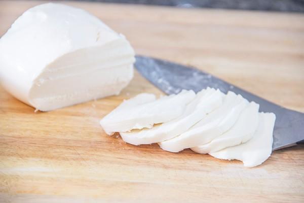 slicing-mozzarella