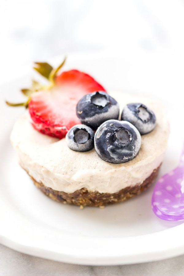 These mini vegan tarts are NO-BAKE and super healthy. Quick to make and packed with nutrients!