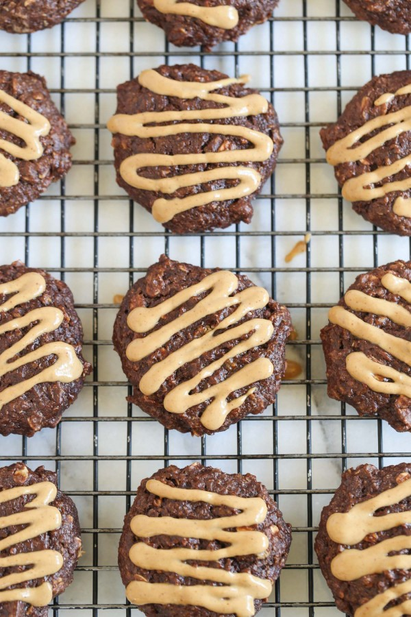 These AMAZING chocolate peanut butter breakfast cookies have oats, quinoa and tons of other healthy ingredients, except they taste like BROWNIES!