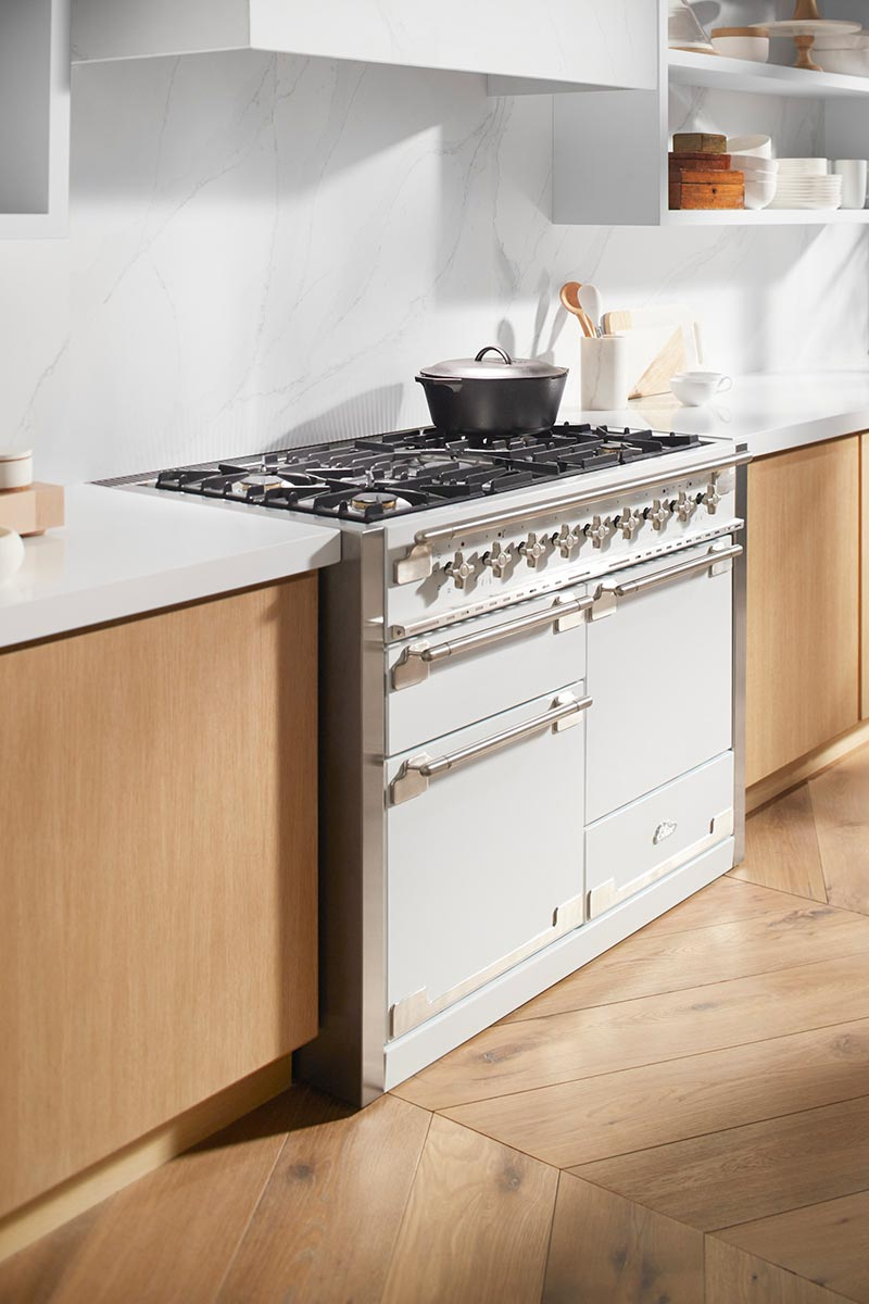 Widespread countertops and open shelves let you add character with cookware, tableware and utensils – creating a space where functional simplicity and decorative accessories become one with the design.
