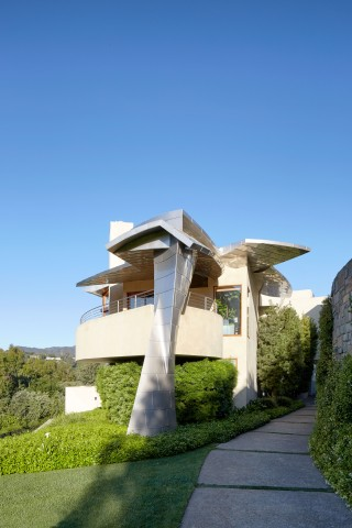 Modern Exterior by Rose Tarlow and Langdon Wilson in Brentwood, CA