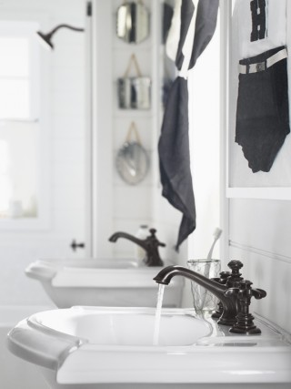 Artifacts® Bell spout    Artifacts prong handles    Devonshire® pedestal sink    The prong handles paired with a Bell spout in Oil-Rubbed Bronze create a timeless, dignified impression.