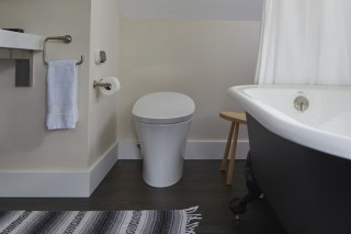 Veil® intelligent toilet    Artifacts™ bath    Purist® sink    A sleek intelligent toilet reminds us that this casual bathroom is also very modern.