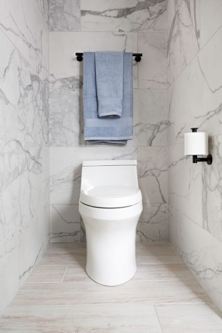 San Souci Toilet with Purefresh Toilet Seat    Purist toilet tissue holder    Purist towel bar    With a low profile design and graceful curves, this one-piece toilet with touchless flush creates a refined modern aesthetic.